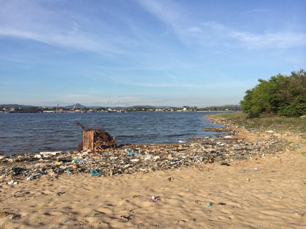 """Tyvärr är delar av den vackra stranden fylld av skräp. Vietnameserna är inte lika medvetna om miljön som vi. Det man slänger i havet """"finns"""" inte och dem verkar inte bry sig om att det är skräpigt. Man kan hitta allt från trasiga glödlampor, gamla blöjor och drivor med flipflops och klädesplagg."""
