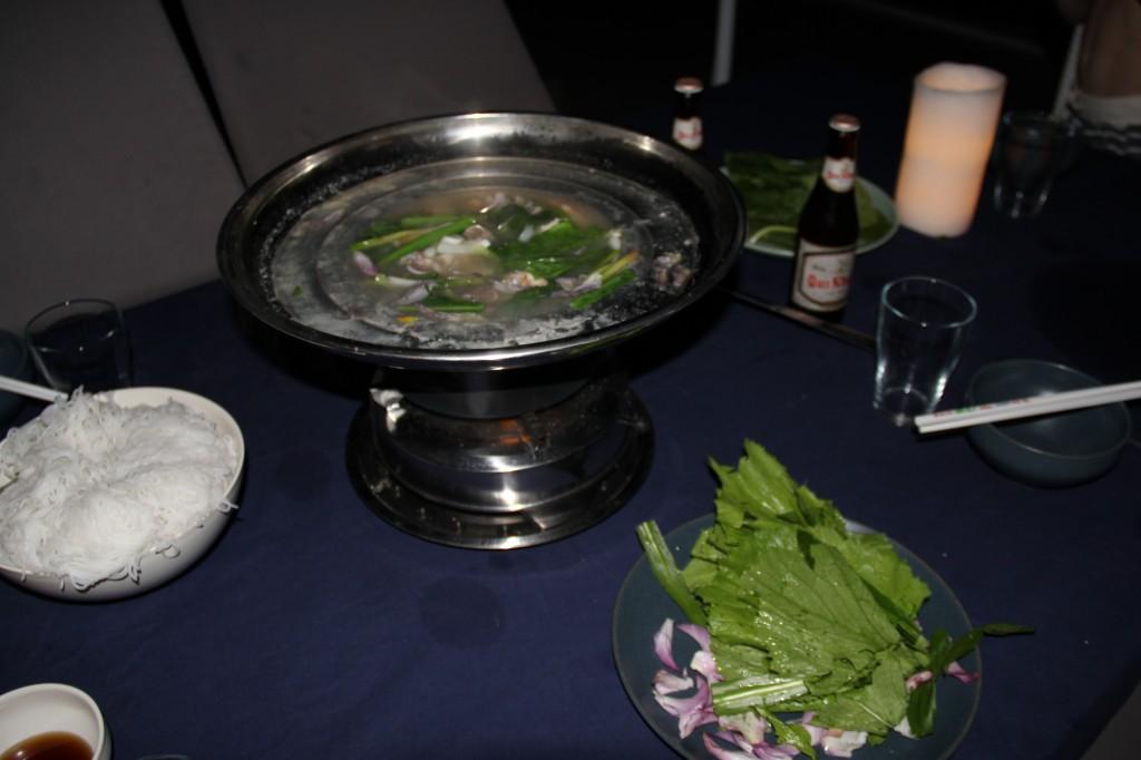 Resultatet var supergott. En slags klibbiga vita nudlar la man först i en skål och sedan skulle soppan hällas över. Kryddades sedan med valfri mängd av chili och fisksås.