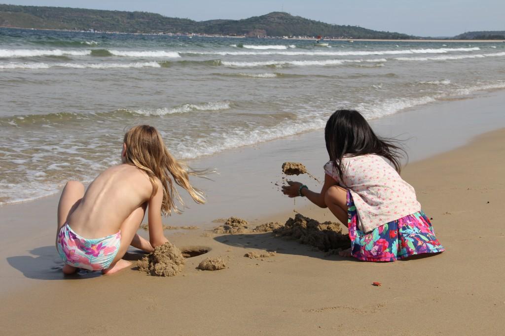 Vi freakade ut i sandlek. Grävde, byggde, vågorna raserade och började om. Grannflickorna är suveräna på att hitta snäckor och plocka småkrabbor i sanden. Linn iakttar och försöker hänga på.